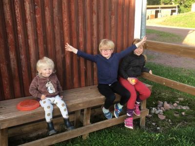 Nästa generation på stallbänken utanför privatstallet augusti 2017. Från vänster Ester Hellsten, Gabriel Hellsten och Elly Tommiska.
